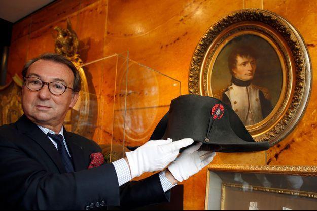 Les commissaires-priseurs Jean-Pierre Osenat et Alexandre Giquello présentent le bicorne de Napoléon Bonaparte en vente le 16 novembre