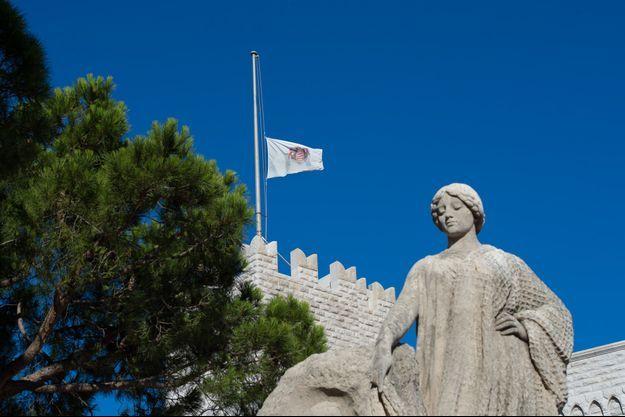 drapeau de Monaco est en berne pour Nice