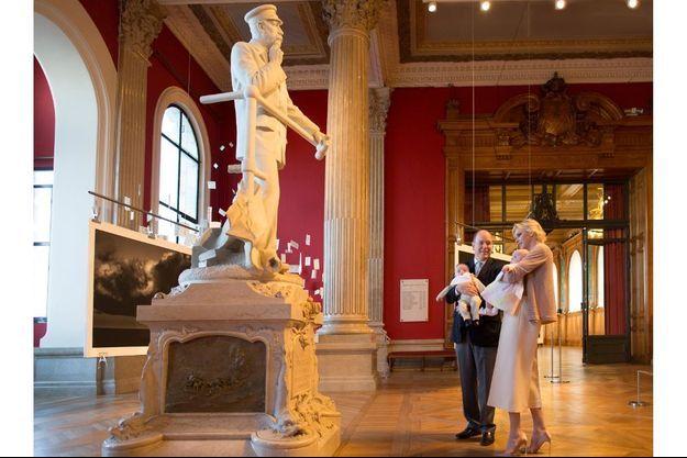 Le face-à-face des générations, au Musée océanographique de Monaco. Devant la statue de son fondateur, Albert Ier, Jacques, dans les bras de son père et Gabriella, dans ceux de Charlène.