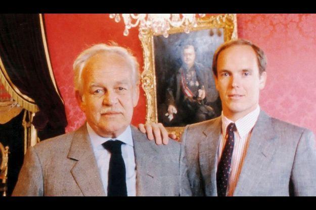 Avec le prince Albert, 31 ans. Selon la Constitution, il doit succéder à son père qui l'initie dès à présent aux affaires de l'Etat.