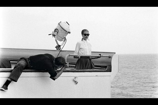 Grace vogue vers Monaco sur le « Constitution », en avril 1956. Leica enmain, Howell Conant est à plat ventre, photographié par Walter Carone.