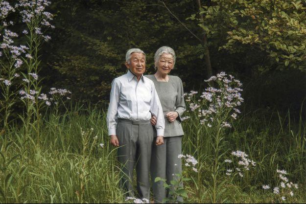 L'empereur Akihito avec l'impératrice Michiko dans les jardins du Palais impérial de Tokyo, le 29 septembre 2015