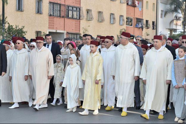 Aux côtés de sa petite sœur, le prince héritier Moulay El Hassan du Maroc préside le cortège officiel pour rejoindre la mosquée Mohammed VI à Sala Al Jadida, le 22 janvier 2016