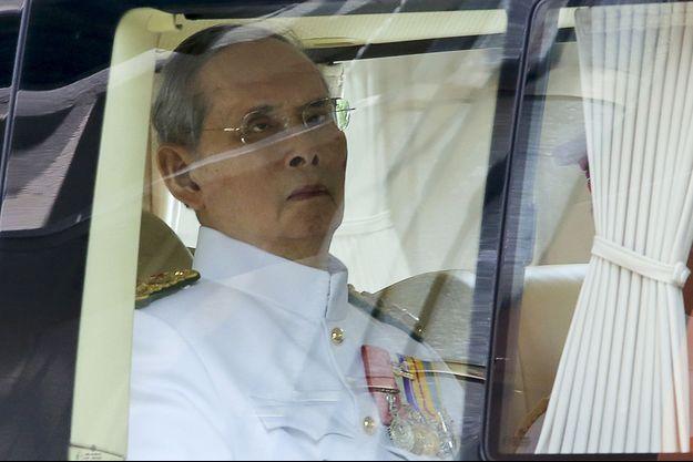 Le roi de Thaïlande Bhumibol Adulyadej quittant l'hôpital de Bangkok le 5 mai 2015