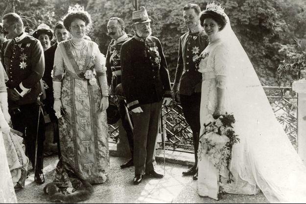 La princesse Zita de Bourbon-Parme et Charles de Habsbourg-Lorraine le jour de leur mariage, avec l'empereur François-Joseph d'Autriche, le 21 octobre 1911