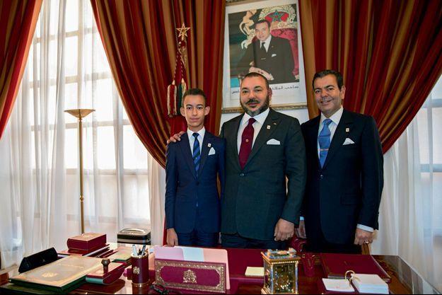 Le souverain chérifien entre le prince héritier, Moulay Hassan, et son frère, le prince Moulay Rachid