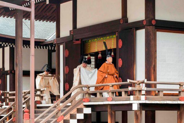 En chasuble de soie traditionnelle, Akihito s'est rendu dans plusieurs sanctuaires pour « annoncer » son abdication aux divinités et aux ancêtres, dans la matinée du 30 avril.