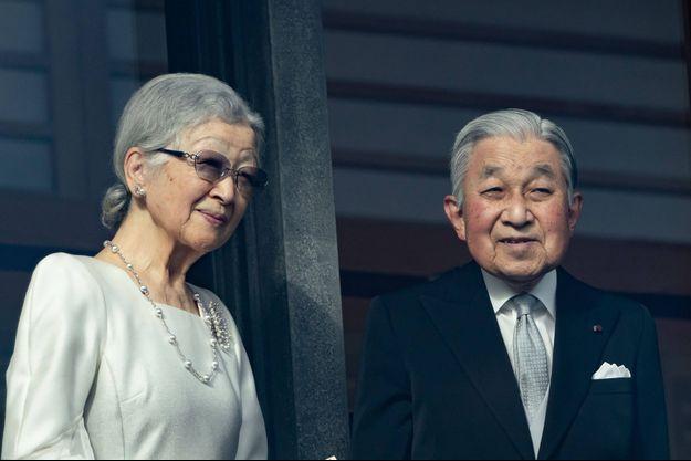 L'ex-empereur Akihito du Japon avec sa femme l'ex-impératrice Michiko au balcon du Palais impérial à Tokyo, le 2 janvier 2020