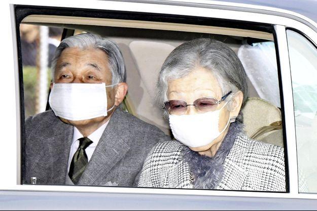 L'ex-empereur Akihito et l'ex-impératrice Michiko du Japon arrivent à la résidence impériale Takanawa à Tokyo, le 31 mars 2020