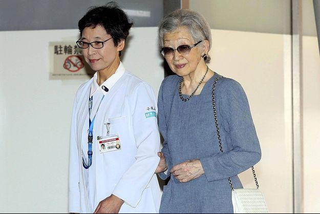 L'ex impératrice du Japon Michiko à son arrivée à l'hôpital le 7 septembre.