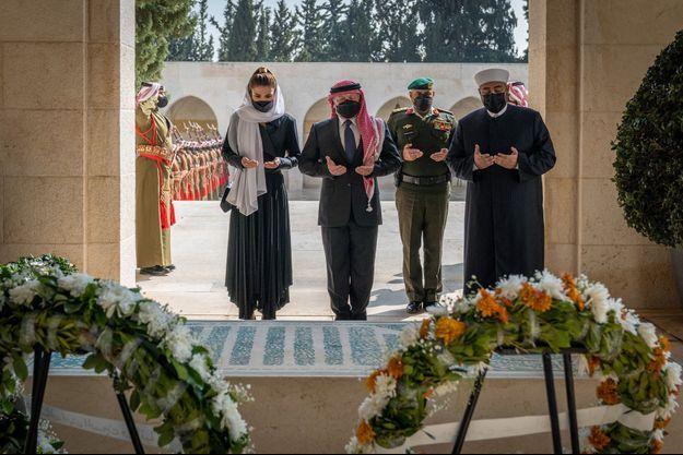 La reine Rania et le roi Abdallah II de Jordanie sur la tombe du roi Hussein, le 7 février 2021