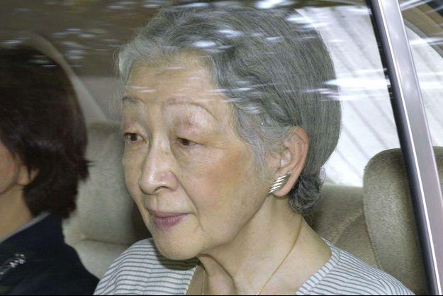 L'impératrice Michiko du Japon se rend à l'hôpital de l'Université de Tokyo, le 9 août 2015