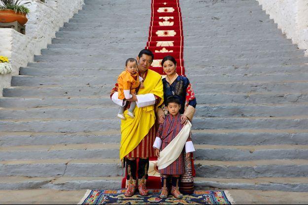 Le roi du Bhoutan Jigme Khesar Namgyel Wangchuck et la reine Jetsun Pema avec leurs fils à Punakha, le 17 décembre 2020