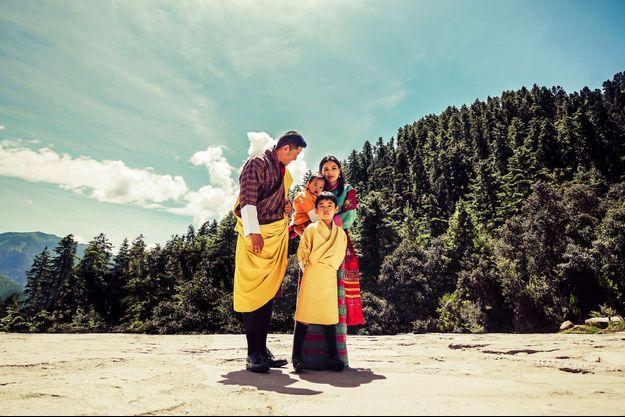 Portrait du roi et de la reine du Bhoutan avec leurs fils au temple Dechenphu à Thimphu, diffusé le 30 septembre 2021