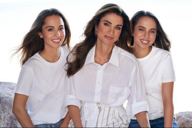 La reine Rania de Jordanie encadrée de ses deux filles les princesses Iman et Salma. Photo diffusée le 27 septembre 2021, pour leurs anniversaires