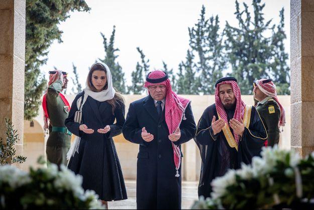 La reine Rania et le roi Abdallah II de Jordanie sur la tombe de l'ancien roi Hussein à Amman, le 7 février 2016