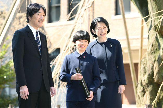 Le prince Hisahito du Japon, diplômé de son école primaire, avec ses parents la princesse Kiko et le prince Fumihito d'Akishino à Tokyo, le 15 mars 2019