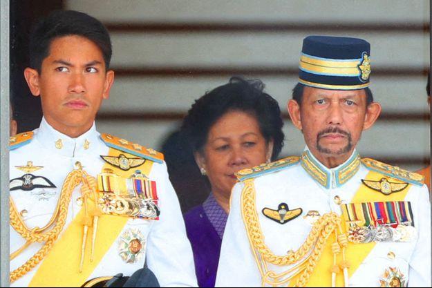 Le prince Mateen avec son père le sultan de Brunei Hassanal Bolkiah, lors de l'intronisation de l'empereur Naruhito du Japon, à Tokyo le 22 octobre 2019