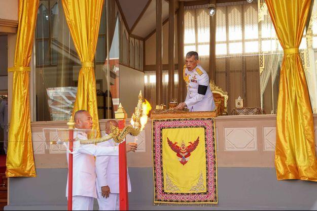 Le roi de Thaïlande Maha Vajiralongkorn lors de la cérémonie de crémation de Vichai Srivaddhanaprabha à Bangkok, le 21 mars 2019