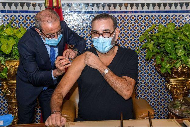 Le roi Mohammed VI du Maroc vacciné contre le Covid-19 à Fès, le 28 janvier 2021