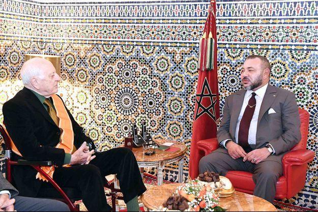 Le roi Mohammed VI du Maroc avec Pierre Bergé à Marrakech, le 22 décembre 2016