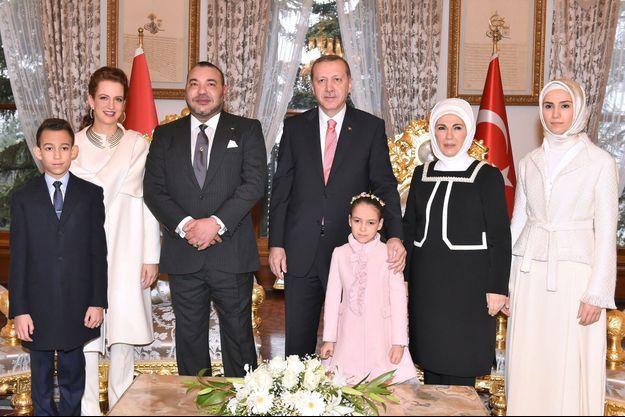 Le roi Mohammed VI du Maroc, son épouse Lalla Salma et leurs enfants, avec le président de la Turquie et sa famille à Istanbul, le 27 décembre 2014