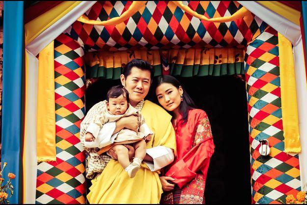 Le roi et la reine du Bhoutan avec leur fils à Dechenphu Lhakhang, photo diffusée le 31 juillet 2016