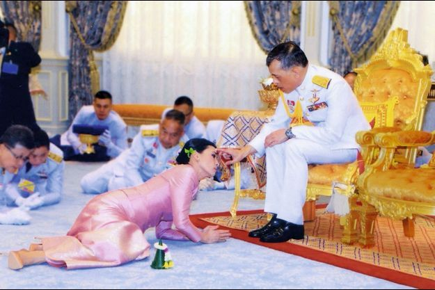 Au palais royal de Bangkok, prosternation rampante de la future reine Suthida et des dignitaires devant le « devaraj » (roi-dieu), le 1er mai 2019, jour de son mariage.
