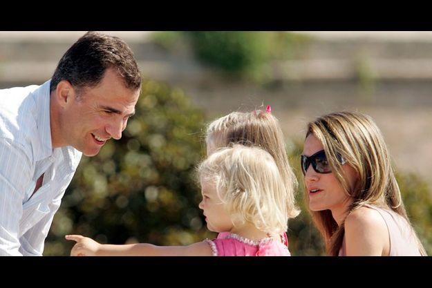 Famille modèle. Letizia et Felipe avec les infantes Leonor,4 ans, et Sofia,2 ans et demi, à Palma de Majorque, le 5 août dernier.