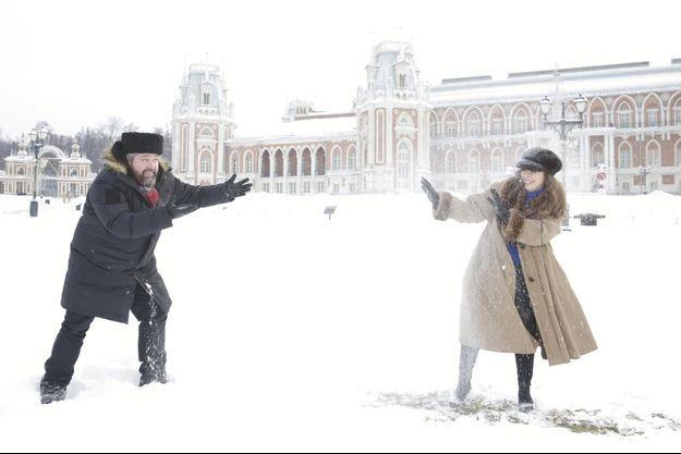 Le grand-duc Georges Mikhaïlovitch, 39 ans, et la noble dame Rebecca Virginia Bettarini, 38 ans, devant la cathédrale Saint-Basile et la tour Spasskaïa. A Moscou, Le 15 janvier.