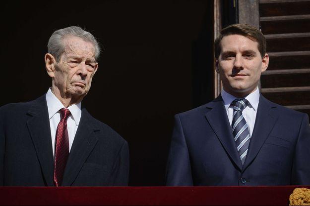 Nicholas Michael de Roumanie Medforth-Mills avec son grand-père l'ancien roi Michel de Roumanie à Bucarest, le 8 novembre 2013