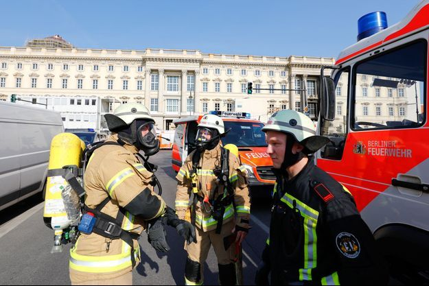 Les pompiers intervenant lors de l'incendie déclaré sur le chantier de reconstruction du château de Berlin, le 8 avril 2020