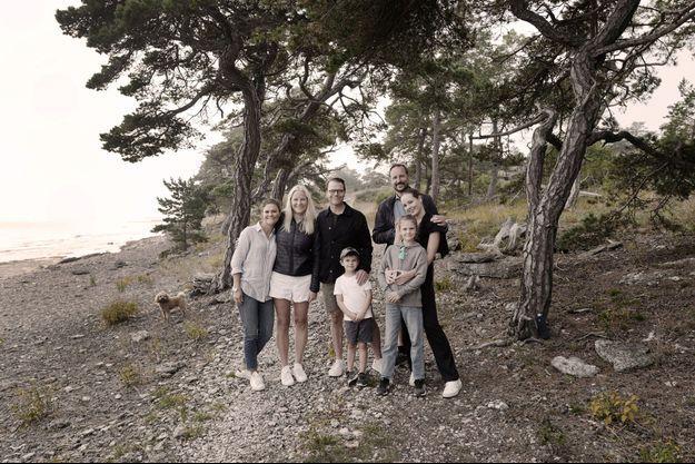 Les princesses Victoria et Estelle, les princes Daniel et Oscar de Suède avec les princesses Mette-Marit et Ingrid Alexandra et le prince Haakon de Norvège sur l'île de Gotland, en septembre 2021