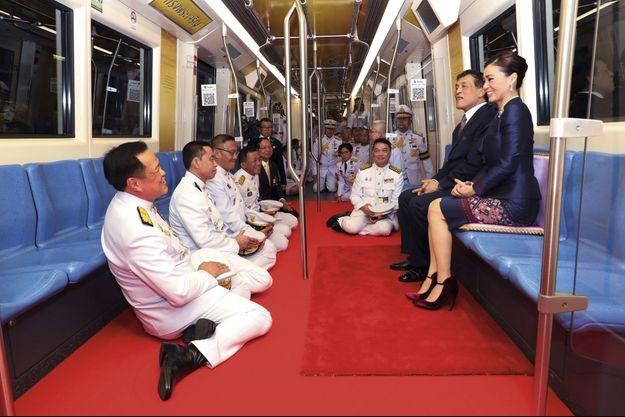 Le monarque, 68 ans, et sa femme, Suthida, 43 ans, inaugurent le prolongement d'une ligne du métro de Bangkok en présence de la cour, en novembre 2020