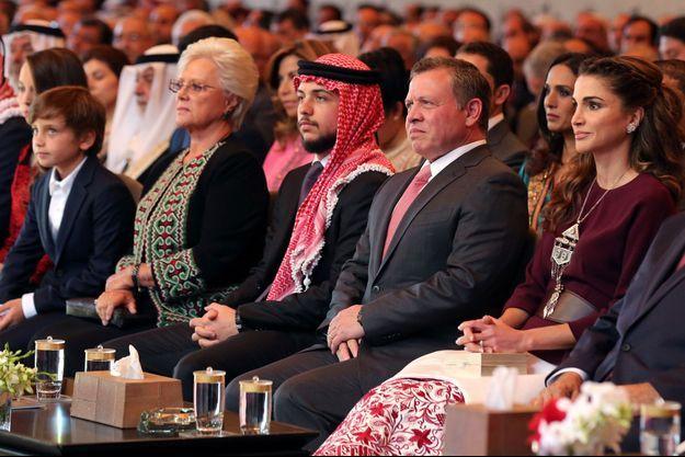 La reine Rania et le roi Abdallah II de Jordanie avec leurs enfants Hussein, Hashem et Iman et la princesse Muna lors du 70e anniversaire de la Jordanie à Amman, le 25 mai 2016