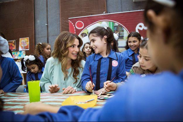 La reine Rania de Jordanie dans une école de filles à Jerash, le 10 octobre 2016