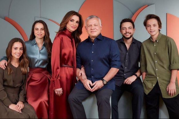 La reine Rania et le roi Abdallah II de Jordanie avec leurs quatre enfants. Photo diffusée en décembre 2020