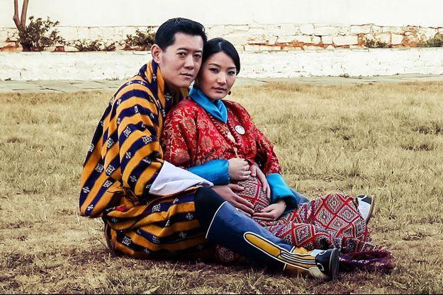 La reine Jetsun Pema enceinte et son époux le roi Jigme Khesar Namgyel Wangchuck. Photo illustrant la page de janvier 2016 du calendrier de Yellow Buthan