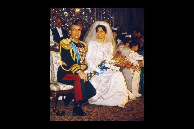 Pour soutenir le voile de la jeune mariée de 21 ans, un diadème de 2 kilos orné en son centre d'un diamant rose en losange.