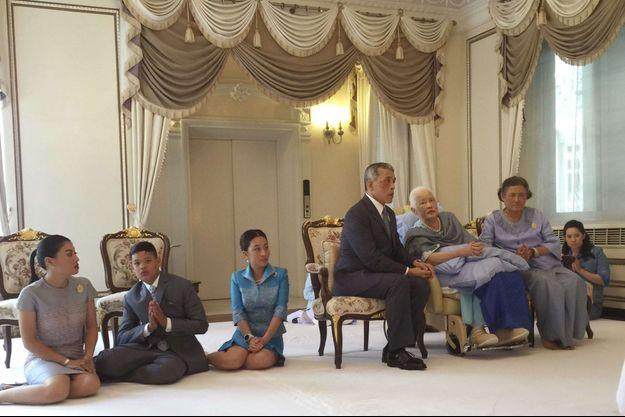 La reine-mère Sirikit de Thaïlande avec une partie de sa famille, dont le roi Maha Vajiralongkorn, à Bangkok le 12 août 2018