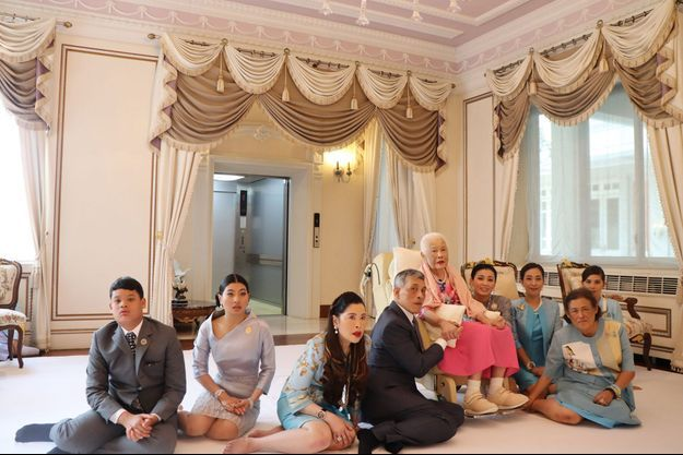 La reine Sirikit de Thaïlande entouré du roi Maha Vajiralongkorn, de la reine Suthida et de la famille royale, pour ses 87 ans, à Bangkok le 12 août 2019