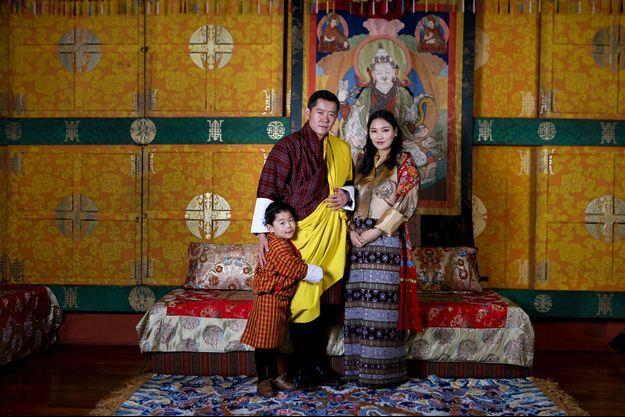Le roi du Bhoutan Jigme Khesar Namgyel Wangchuck, la reine Jetsun Pema et leur fils le prince Jigme Namgyel. Photo diffusée le 29 février 2020