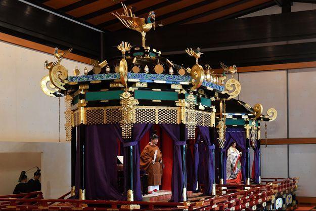 L'empereur Naruhito du Japon, lors de son intronisation, avec 'impératrice Masako à Tokyo, le 22 octobre 2019