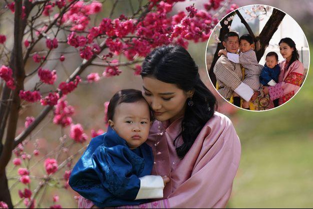 La reine Jetsun Pema du Bhoutan avec son second fils. Photo diffusée le 19 mars 2021. En vignette, le couple royal avec leurs deux enfants. Photo diffusée le 31 mars 2021