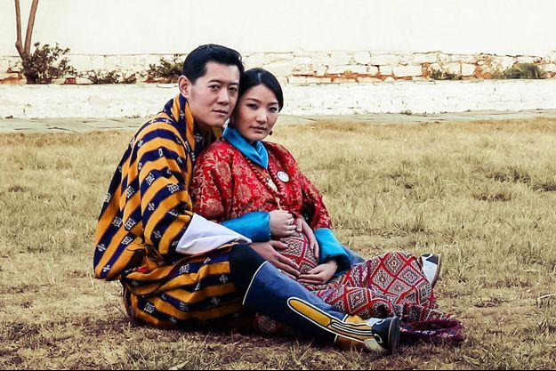La photo du roi Jigme Khesar Namgyel Wangchuck et de la reine Jetsun Pema enceinte qui orne la page de janvier 2016 du calendrier de Yellow Buthan