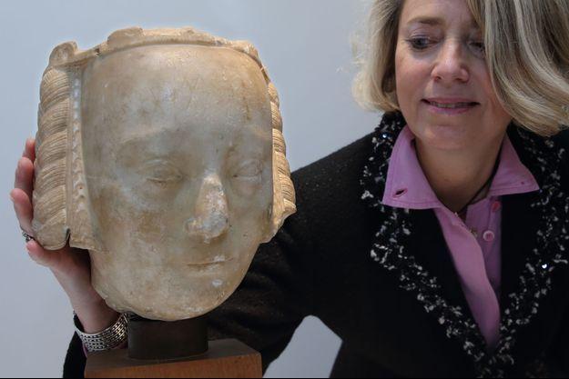 L'experte en art Haute époque Laurence Fligny et la tête qu'elle pense être celle de la reine Jeanne de Bourbon, le 5 décembre 2014
