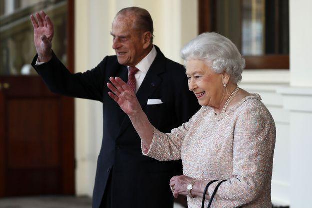 La reine Elizabeth II et le prince Philip sur le perron de Buckingham en novembre 2016