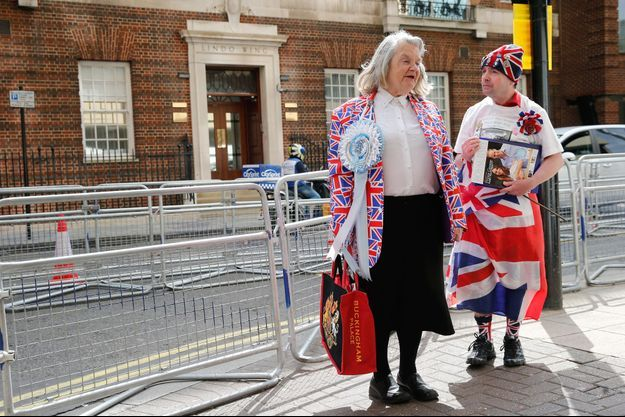 Margaret Tyler et John Loughrey ce vendredi, devant la Lindo Wing, l'aile de la maternité du St Mary's Hospital de Londres, où Kate doit accoucher.