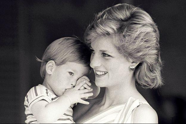 Le prince Harry et sa mère la princesse Diana.