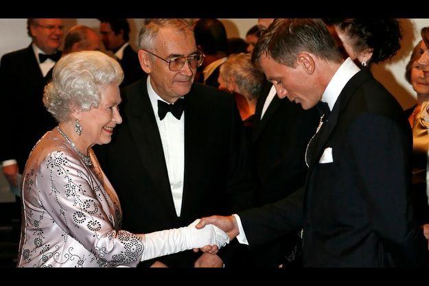 """Elizabeth et Daniel Craig à la première mondiale de """"Casino Royale"""" (le premier Bond avec l'acteur) à Leicester Square, à Londres, le 14 novembre 2006."""